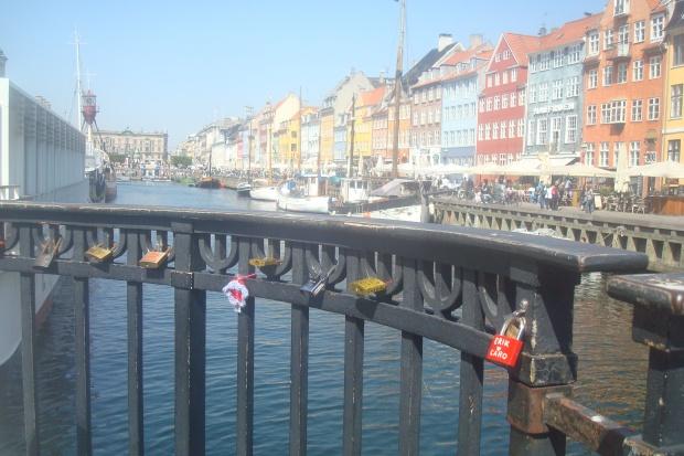 paris'te de rastladığımız köprü demirlerine asma kilit musallat etme akımı burada da mevcut.